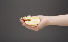 Garść chipsów  z bananów o smaku sera Cheddar Banana Joe