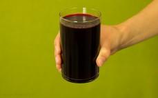 Szklanka przyrządzonego barszczu czerwonego z koncentratu