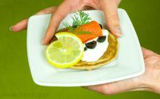Bliny gryczane z łososiem, jogurtem i oliwkami