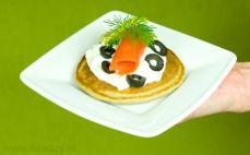 Blin gryczany z łososiem, jogurtem i oliwkami