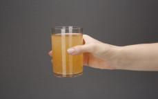 Szklanka napoju musujące jabłko i kwiat bzu