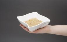 Porcja kaszy bulgur z sosem pieczarkowym