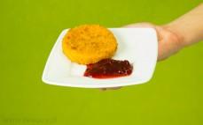 Zapiekany camembert z sosem borówkowym