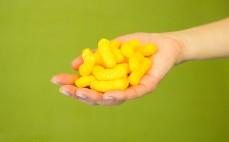 Garść chrupek kukurydzianych o smaku sera Cheetos cheese
