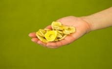 Garść niesłodzonych chipsów bananowych