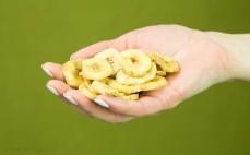 Garść słodzonych chipsów bananowych