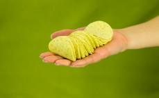 Garść chipsów Chipsletten Fromage ze szczypiorkiem