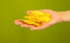 Garść chipsów Crunchips o smaku żeberek z grilla
