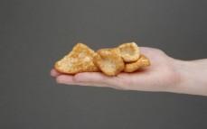 Garść chipsów z wieprzowiny
