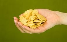 Garść wysokoproteinowych chipsów o smaku barbecue