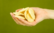 Garść wysokoproteinowych chipsów o smaku zielonej cebulki i sera