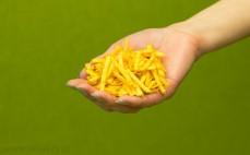 Garść chipsów ziemniaczanych o smaku ketchupu Stix