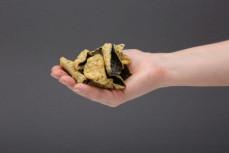 Garść chipsów z alg morskich prażone w tempurze