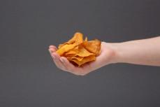 Garść ekologicznych chipsów z batatów smażonych na oleju kokosowym