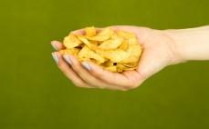 Garść chipsów z manioku z chili