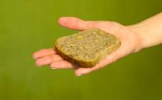 Kromka bezglutenowego chleba gruboziarnistego