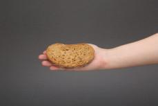 Kromka chleba IG, o niskim indeksie glikemicznym, pszenno-żytni chleb wieloziarnisty