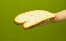Kromka bezglutenowego chleba królewskiego