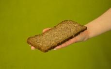 Kromka pełnoziarnistego chleba - cztery zboża