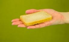 Kromka chleba tostowego z niełuskanym ziarnem prosa
