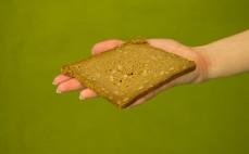 Kromka bezglutenowego pełnoziarnistego chleba z gryką