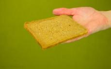 Kromka bezglutenowego chleba ryżowego ze słonecznikiem
