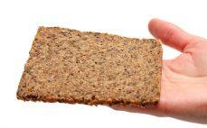 Kromka chleba z siemieniem i otrębami