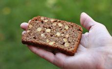 Kromka chleba z ziarnami soi