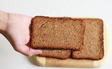 Kromka chleba żytniego wysokobłonnikowego z otrębami