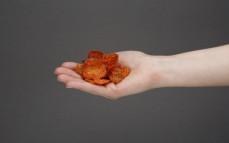 Garść chipsów z marchwi na ostro
