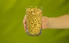 Szklanka chrupiącej pszenicy z melasą i migdałami