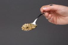 Łyżka chrupiącej sałatki - mieszanki łuskanych, prażonych ziaren z orzechami pinii