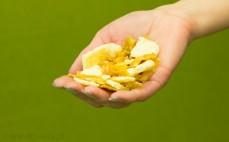 Garść chrupiących plasterków ser i cebula