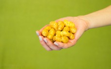 Garść chrupek kukurydzianych o smaku orzeszków ziemnych