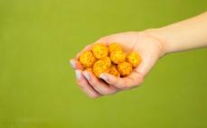 Garść chrupek kukurydzianych o smaku pomidorków cherry