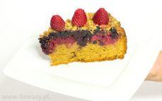 Kawałek pełnoziarnistego ciasta z owocami i kruszonką