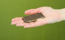 Rządek karmelowej gorzkiej czekolady