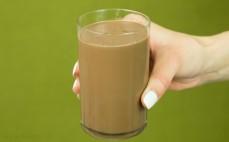 Szklanka czekolady roztopionej w mleku Wedel