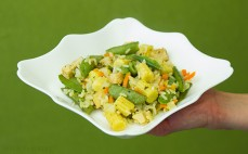 Porcja smażonego dania Tajskiego z warzywami, ryżem i kawałkami kurczaka