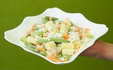 Porcja mrożonego dania Tajskiego z warzywami, ryżem i kawałkami kurczaka