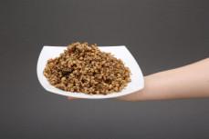 Porcja dania quinoa z pomidorami i oliwkami