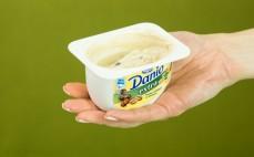 Porcja kawowego serka Danio z kulkami w czekoladzie