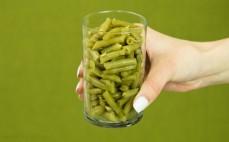 Szklanka konserwowej zielonej fasolki szparagowej
