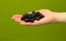 Garść żelków owocowych o smaku napoju Frugo mocno czarne