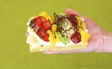 Gofr z bitą śmietaną i owocami