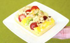Gofr z jogurtem, owocami i płatkami migdałów