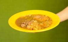 Porcja golonki wieprzowej po szlachecku w kapuście