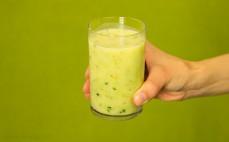 Szklanka zupy serowej z makaronem szpinakowym Gorący Kubek
