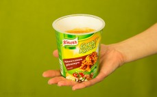 Porcja makaronu z sosem gulaszowym Knorr Gorący Kubek