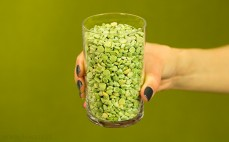 Szklanka zielonego grochu
